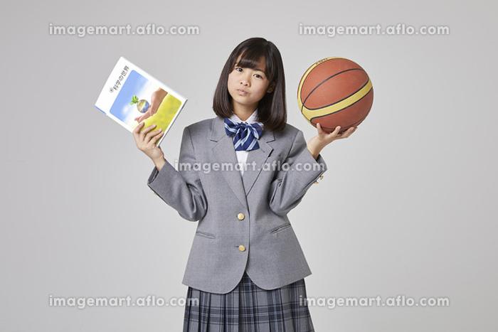 受験と部活で悩む女子中学生の販売画像