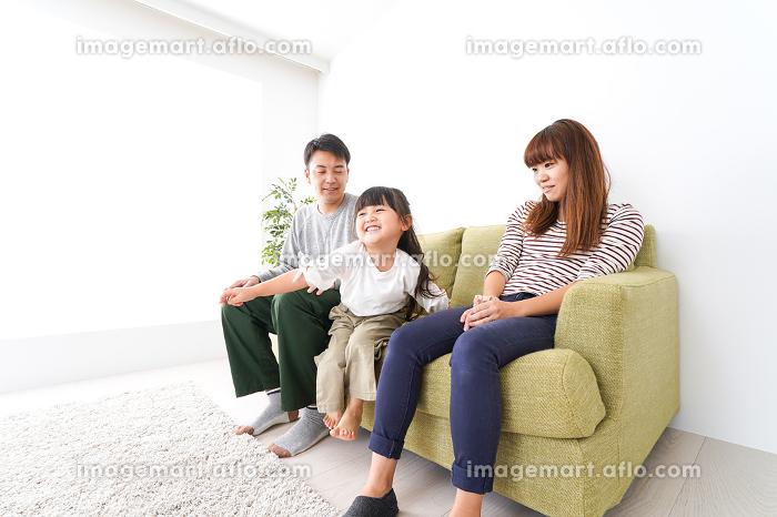 家で遊ぶ家族の販売画像