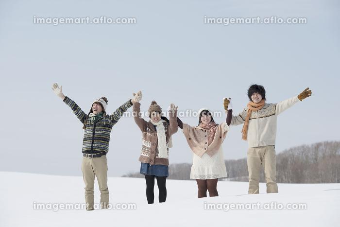 雪原で手をつなぐ大学生の販売画像