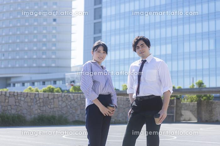 ビルに前に立つ男女の販売画像