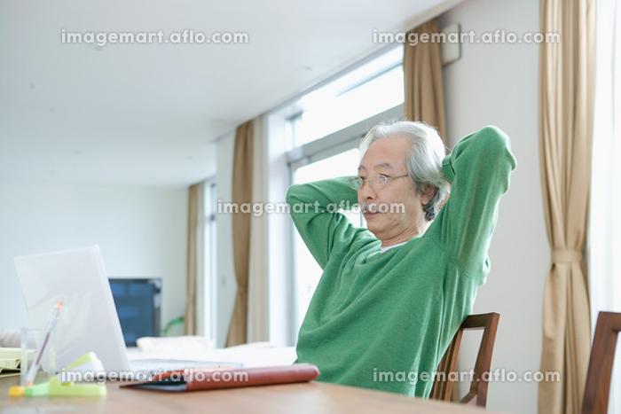 家に仕事するシニアの日本人男性の販売画像