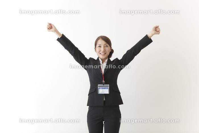 バンザイする女性社員の販売画像