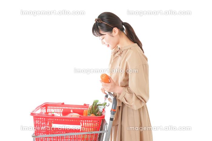 スーパーで食料品の買い物をする若い女性の販売画像