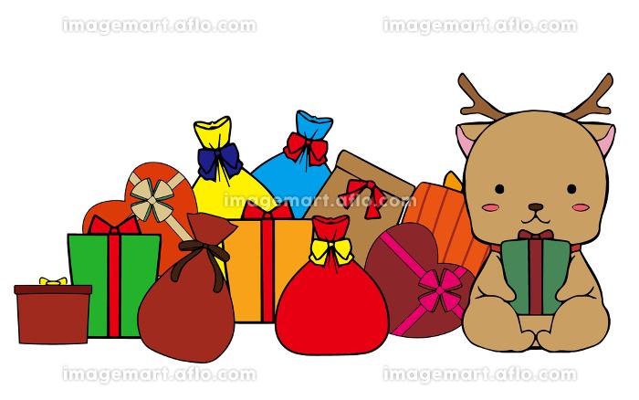 プレゼントを持っているトナカイとプレゼントの山の販売画像
