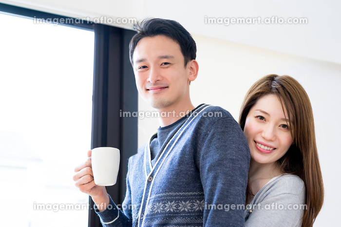20代後半~30代前半の仲の良いカップルの販売画像