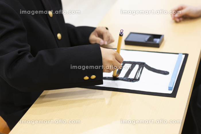 習字をする中学生の販売画像