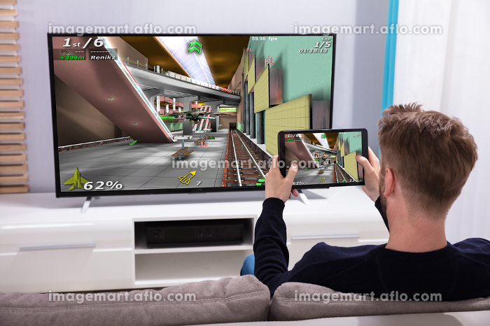 Man Connecting Game On Television Through Wi-fi On Tabletの販売画像