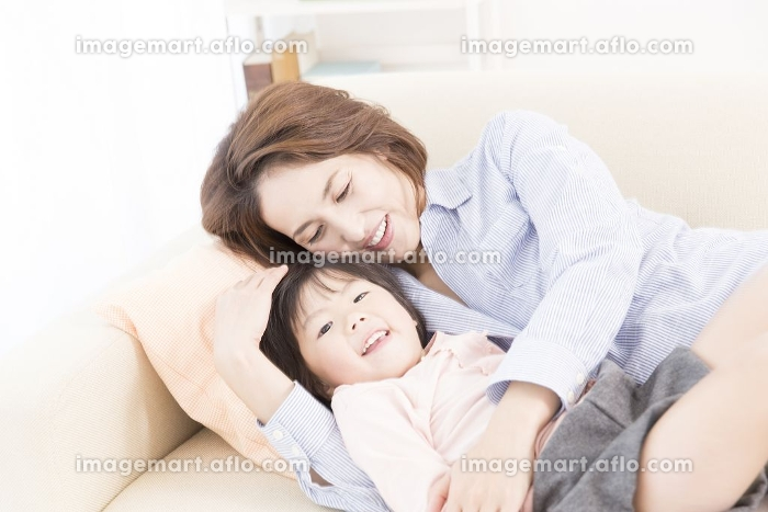 ソファで寝る母と娘の販売画像