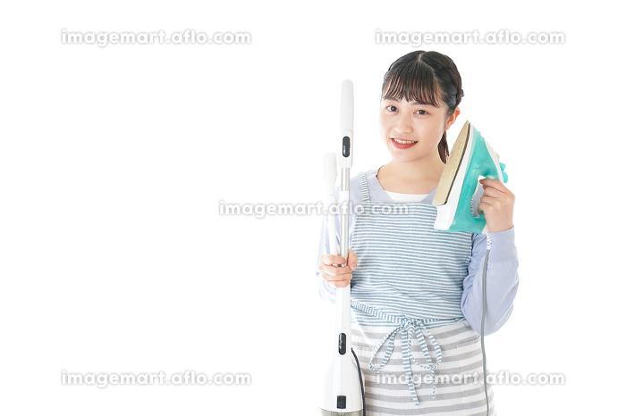 家事をする若い主婦の販売画像