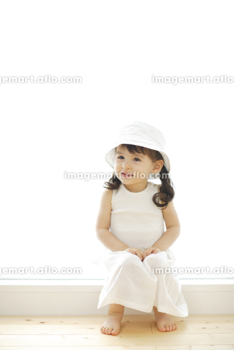 窓辺で微笑むハーフの女の子の販売画像