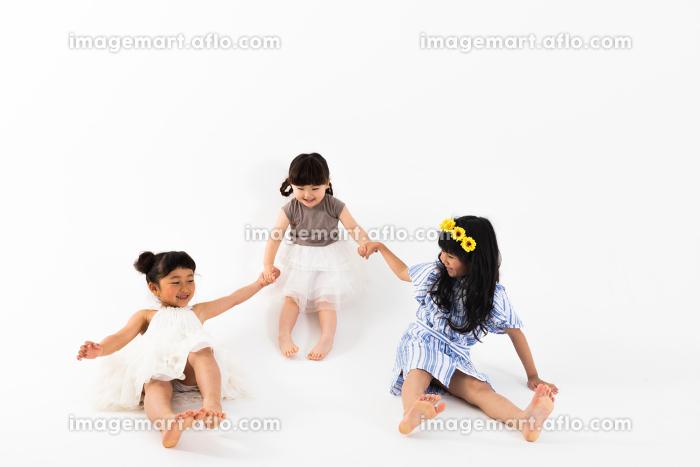 手を繋いで遊ぶ女の子の販売画像