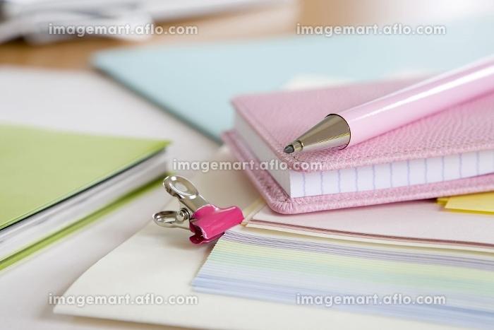 ピンクのメモ帳とペンの販売画像