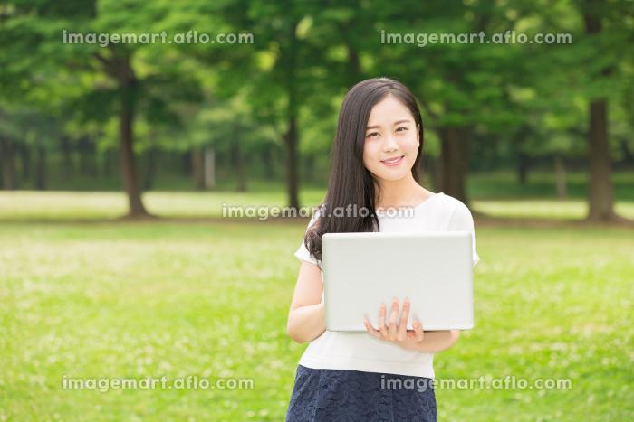 パソコンを見る女性の販売画像
