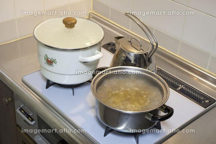 ガスレンジでの調理シーンの販売画像