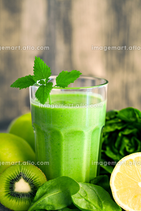 green smoothie with fruits and vegetablesの販売画像