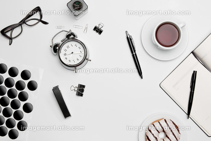 The clock, pen, and glasses on white backgroundの販売画像