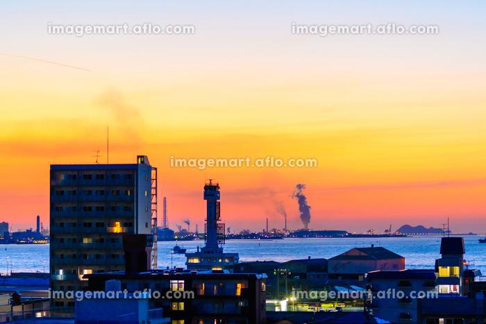 美しい夕暮れの関門海峡を望む街並み(福岡県北九州市)の販売画像