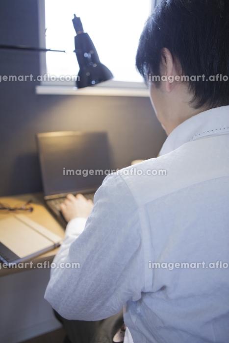 書斎でパソコンにむかう男性