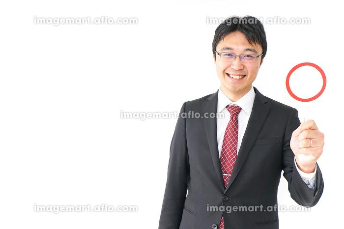 丸印を示すビジネスマンの販売画像