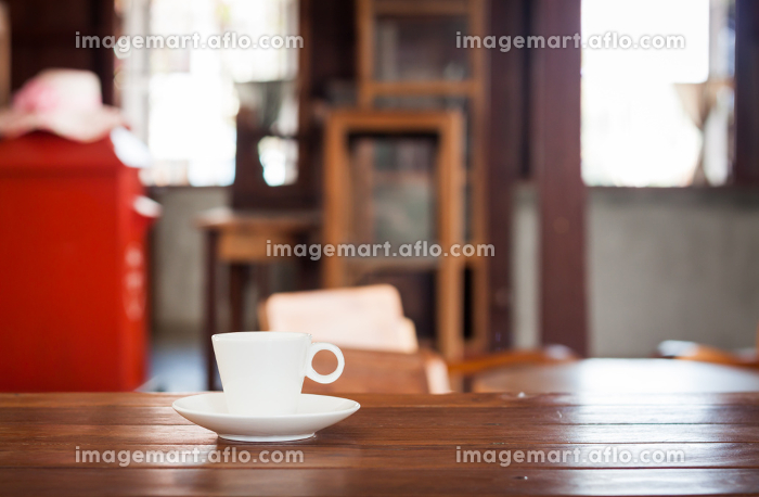 White coffee cup on wooden tableの販売画像