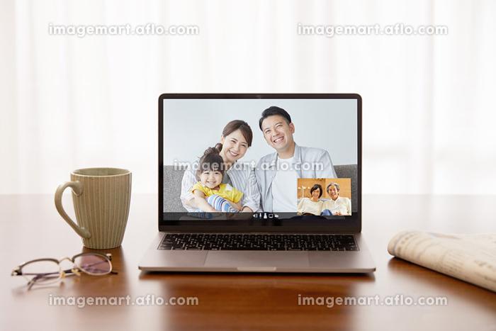 PCで祖父母と遠方の孫家族のオンライン電話の販売画像