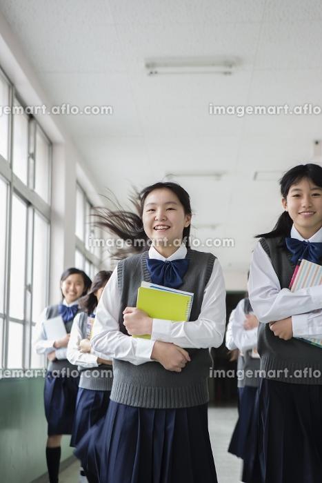 廊下を走る生徒達の販売画像