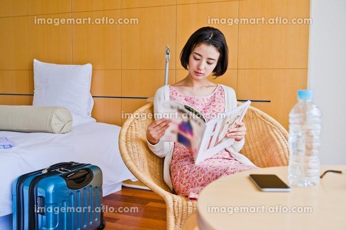 ホテルで本を読む女性の販売画像