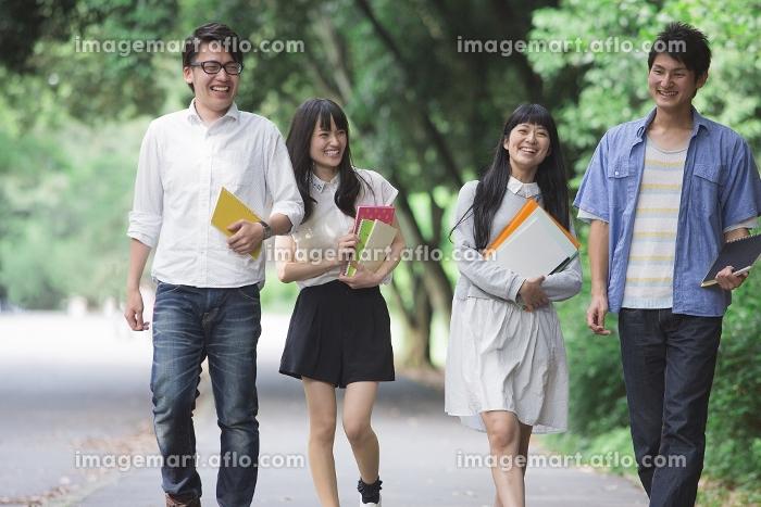 道を歩く学生たち