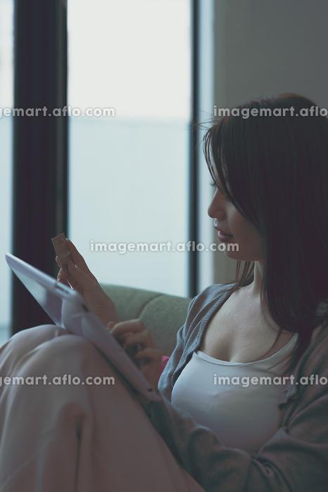 ネットショッピングする女性の販売画像