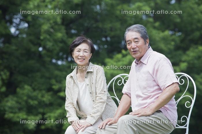 椅子に座る夫婦