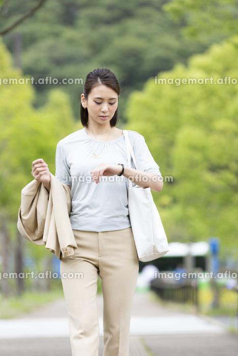 時計を見るビジネス女性の販売画像