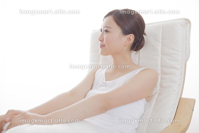 ソファでくつろぐ女性