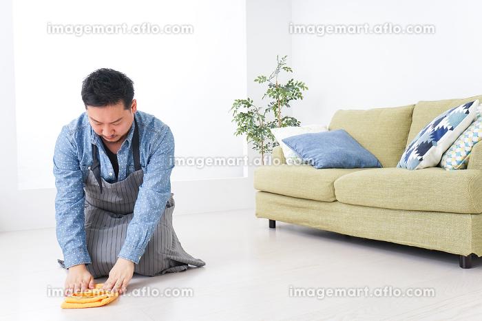 家事をする男性の販売画像