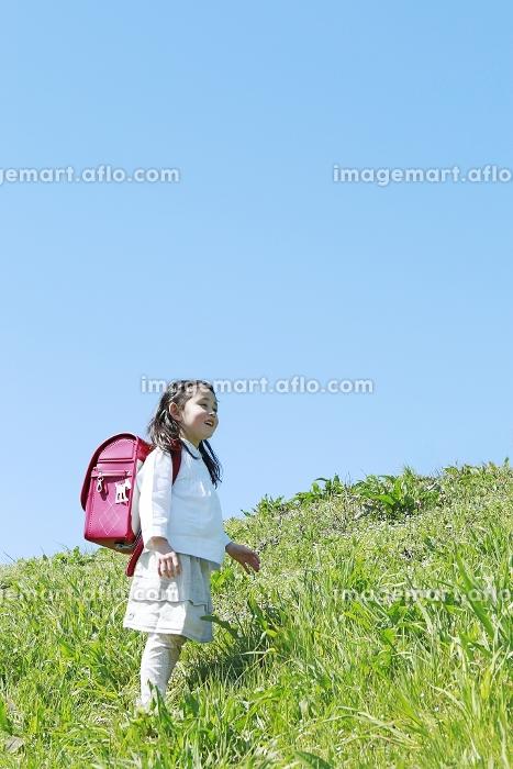 ランドセルを背負った日本人の女の子