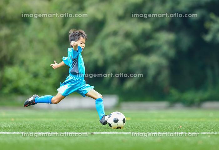 シュートするサッカー少年の販売画像