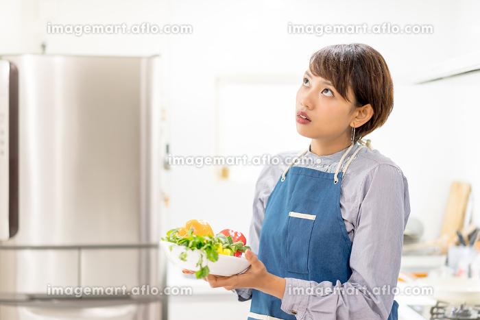 調理(料理)風景・女性・野菜の販売画像