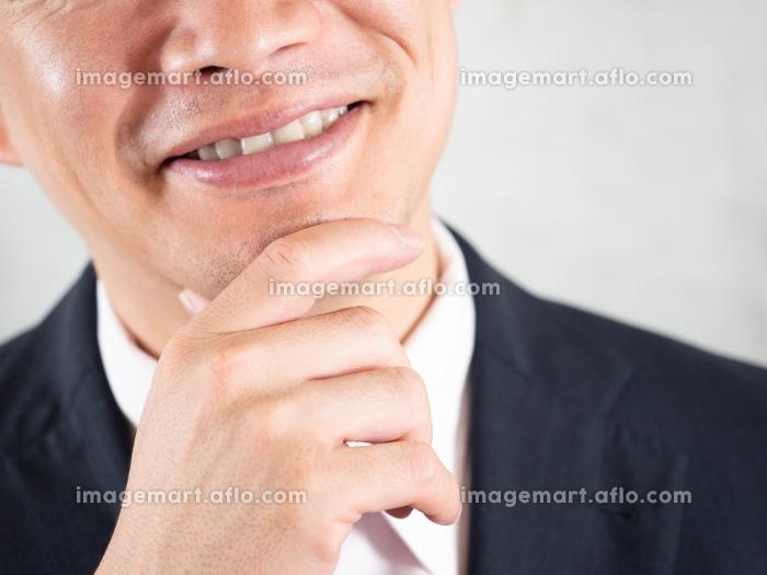 ヒゲ脱毛の良い面を想像する男性ビジネスマンの販売画像