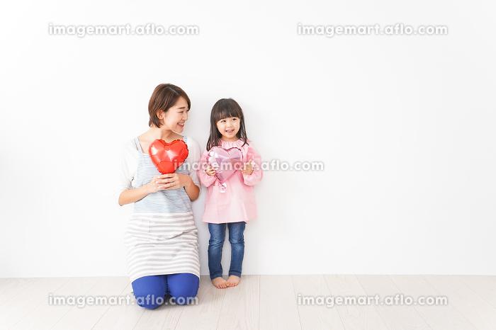 ハートを持つ笑顔の親子の販売画像