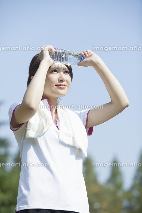 タオルを首に巻く女性