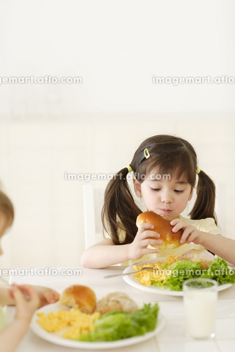 ダイニングで食事をする子供達