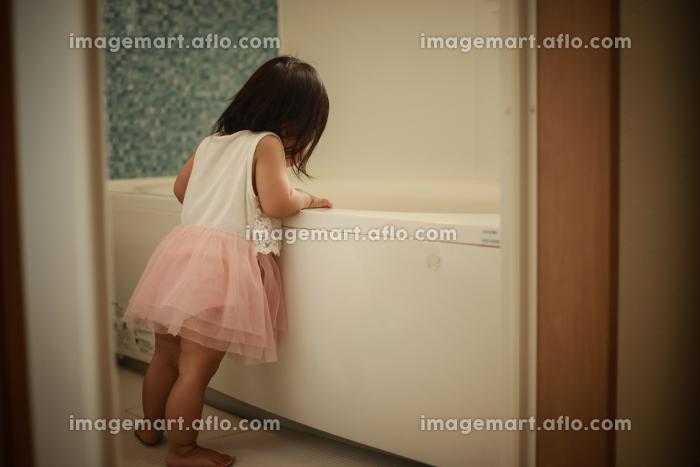 浴槽を覗き込む女の子の販売画像