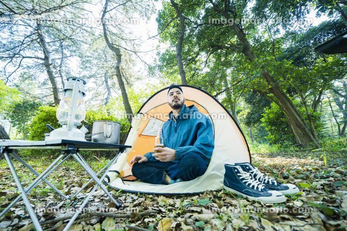 ソロキャンプをする男性の販売画像