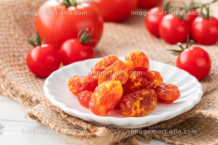 ナチュラルな背景で撮影されたドライトマトの販売画像