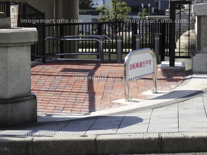 歴史的建造物である石橋欄干を部分撤去してできた遊歩道の販売画像