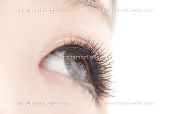 メイクした女性の目