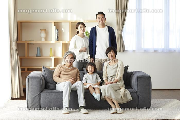 ソファでくつろぐ日本人三世代家族