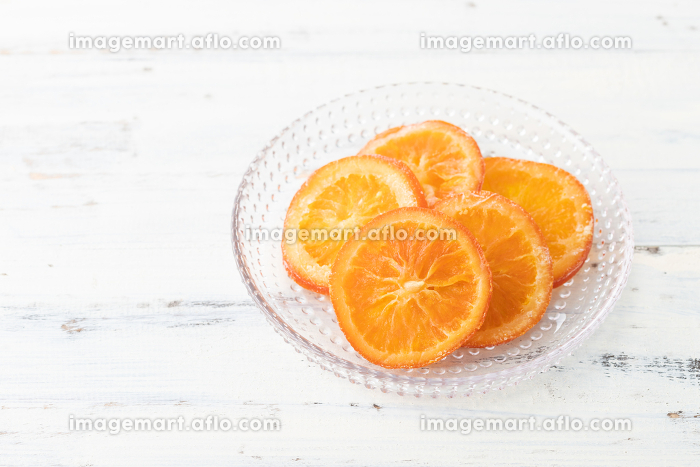 ナチュラルな背景で撮影されたドライオレンジの販売画像
