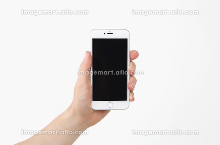 スマートフォンを持つ