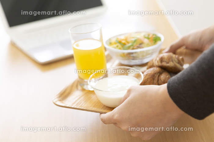 朝食を運ぶ女性