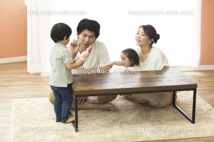 団欒する家族の販売画像